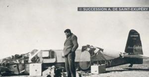 Antoine de Saint-Exupery am Flugzeugwrack